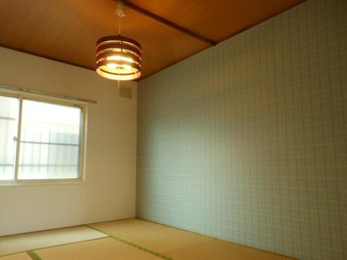 和室に水色のアクセントクロスの部屋