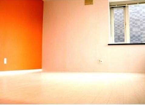壁1面オレンジ色の部屋