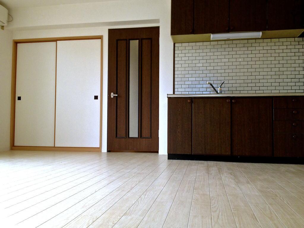 白とダークブラウンの部屋