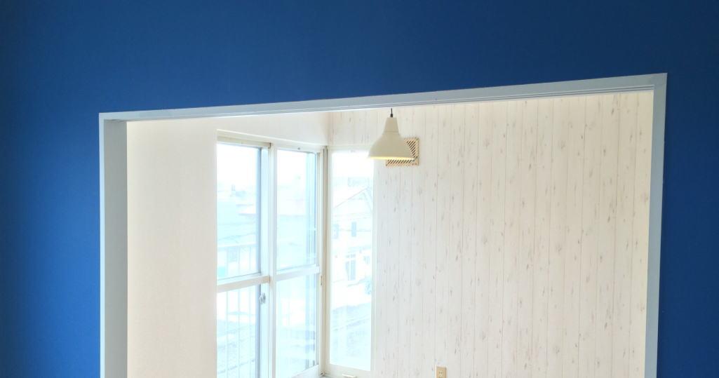 青い壁紙の部屋