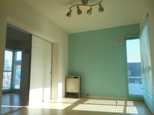 北欧風の水色基調の部屋