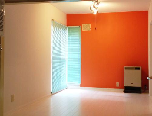 リビング1面がオレンジ色の部屋
