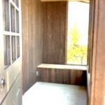 レッドシダーで囲まれたフロントポーチ(外観)